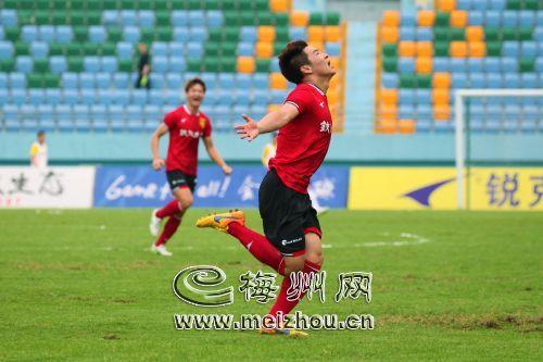 梅县铁汉生态队球员刘阳庆祝进球。(林翔 摄)